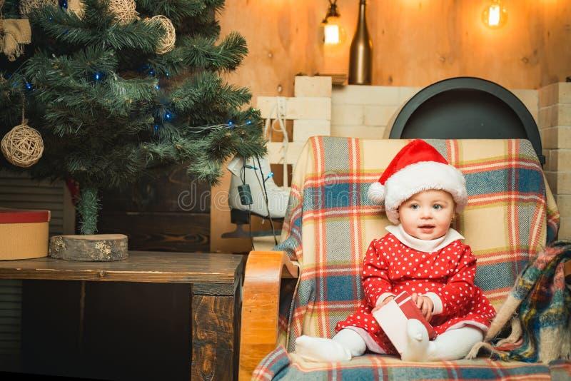 Eerste magische Kerstmis Vrolijke Kerstmis en Gelukkig Nieuwjaar De kindpeuter ontspant thuis Kerstmisvooravond Geloof in royalty-vrije stock foto