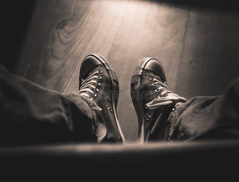 Eerste-persoonsmening over retro zwart-witte tennisschoenen - royalty-vrije stock afbeeldingen