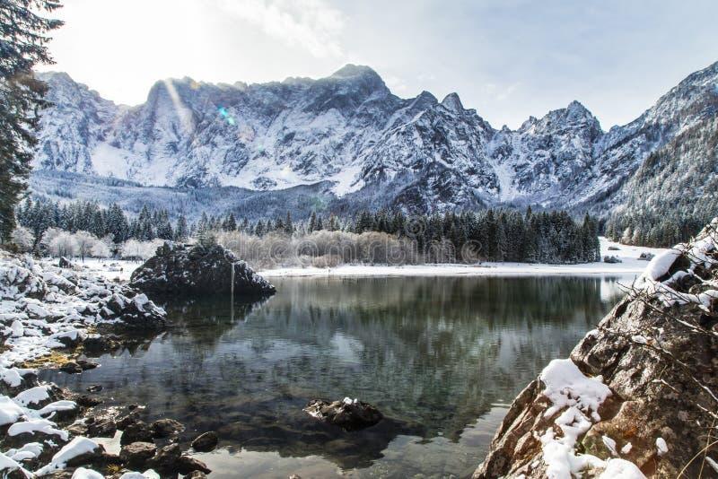 Eerste sneeuw bij het bergmeer stock fotografie