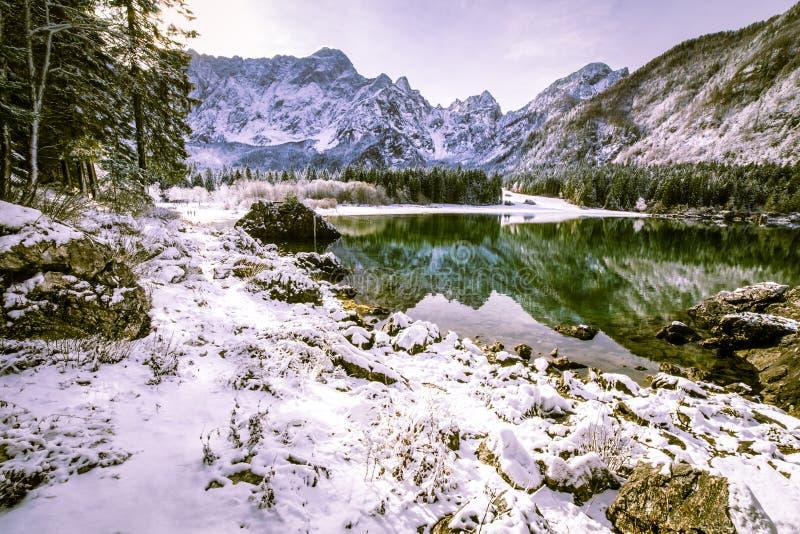 Eerste sneeuw bij het bergmeer royalty-vrije stock afbeeldingen