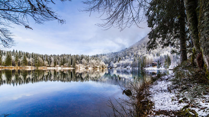 Eerste sneeuw bij het bergmeer stock afbeelding