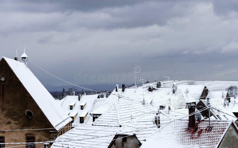 Eerste sneeuw in klein Frans dorp stock foto's
