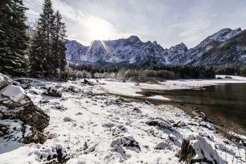 Eerste sneeuw op het bergmeer royalty-vrije stock afbeelding