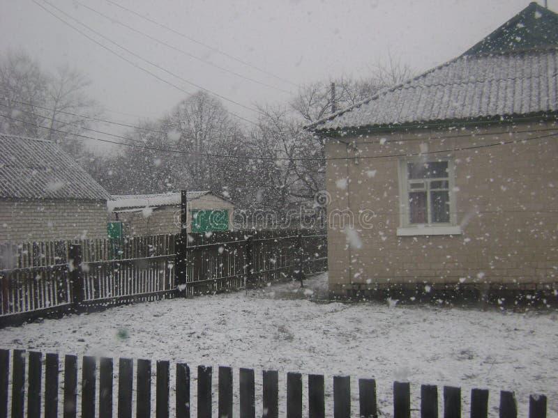 Eerste sneeuw van venster stock afbeeldingen