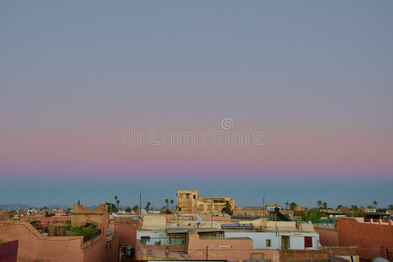 Eerste stadia van zonsondergang over Marrakech stock afbeelding