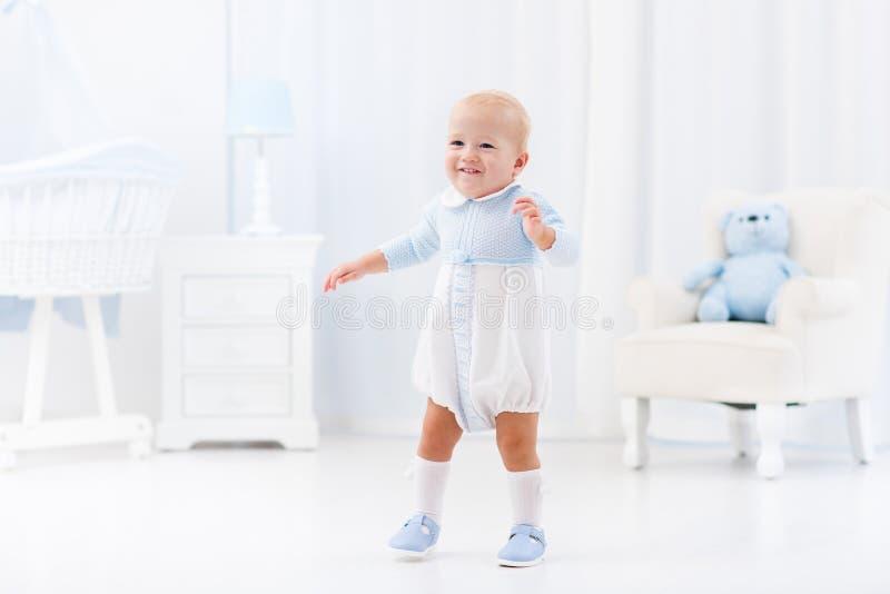 Eerste stappen van babyjongen het leren te lopen stock afbeeldingen