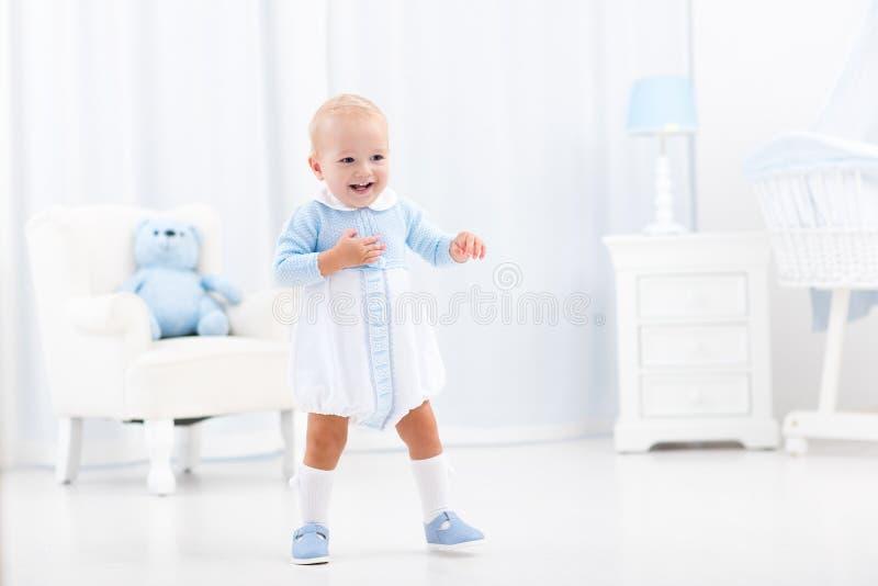 Eerste stappen van babyjongen het leren te lopen royalty-vrije stock afbeeldingen