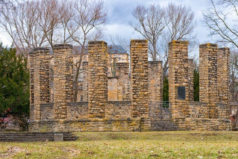 Eerste wereldoorlogmonument in Heinepark in Rudolstadt met Heidecksburg op achtergrond I royalty-vrije stock afbeelding