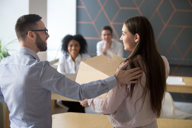 Eerste werkdagconcept, werkgever die nieuwe werknemer in bureau welkom heten royalty-vrije stock fotografie