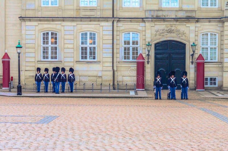 Eerwacht in Royal Palace Amalienborg Kopenhagen, Denemarken stock afbeeldingen