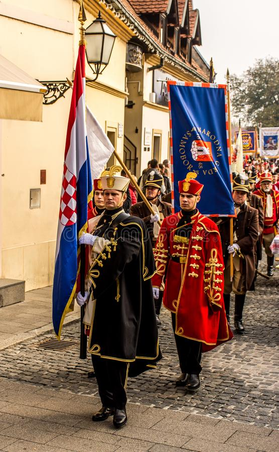 Eerwachten die met traditionele uniformen marcheren stock foto's