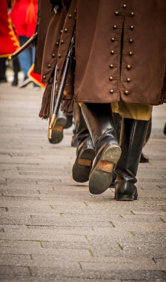 Eerwachten die met traditionele uniformen marcheren royalty-vrije stock afbeelding
