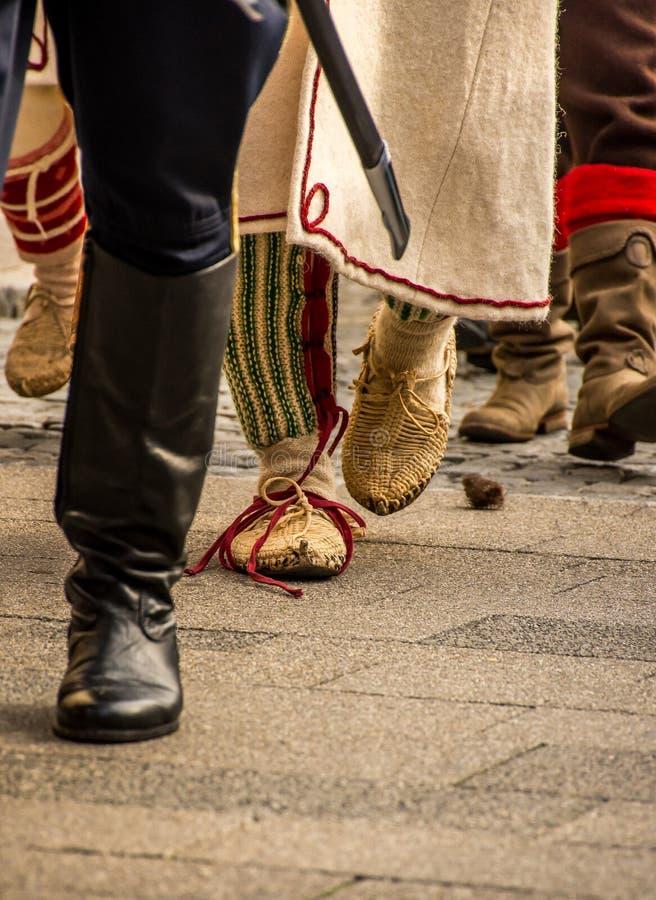 Eerwachten die met traditionele uniformen marcheren royalty-vrije stock fotografie