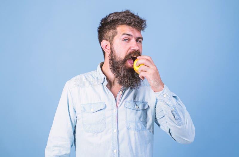 Eet appel kan de lagere niveaus van de bloedsuiker helpen en tegen diabetes beschermen Eet gezond Mens met de appel van de baard  stock afbeelding
