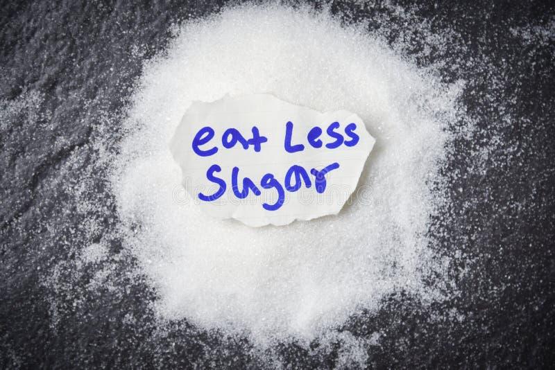 eet minder suiker voor de Hoop van het gezondheidsconcept van witte suiker op donkere achtergrond stock fotografie