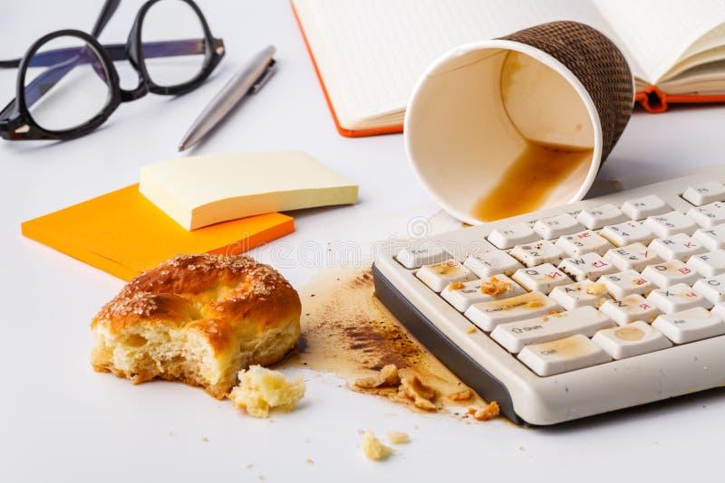 Eet niet op werkplaats Vloeistof op een close-up dat van het computertoetsenbord wordt gemorst stock afbeeldingen