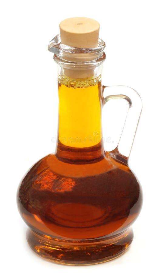 Eetbare mosterdolie in een transparante glaskruik stock afbeeldingen