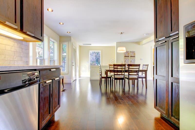Eetkamer en keuken in helder modern huis. royalty-vrije stock afbeeldingen