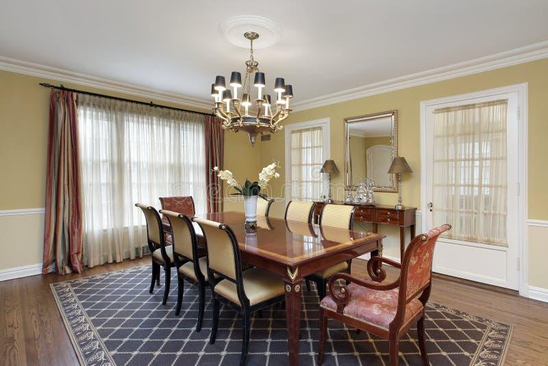 Eetkamer met gouden muren royalty-vrije stock fotografie