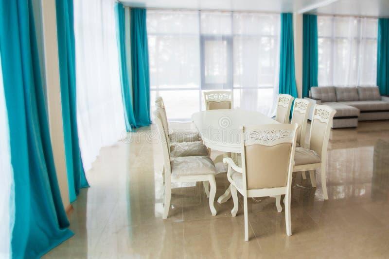 Eetkamer met houten lijst en stoelen Helder binnenland Vage achtergrond royalty-vrije stock afbeeldingen