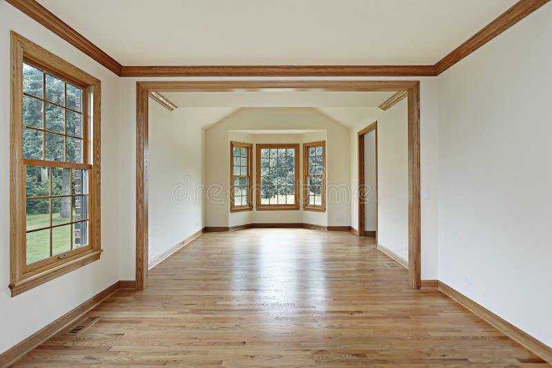 Eetkamer met houten muren stock afbeelding