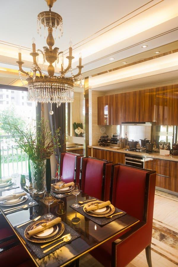 Eetkamer met open keuken royalty-vrije stock afbeelding