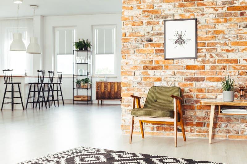 Eetkamer met rustiek meubilair royalty-vrije stock afbeelding