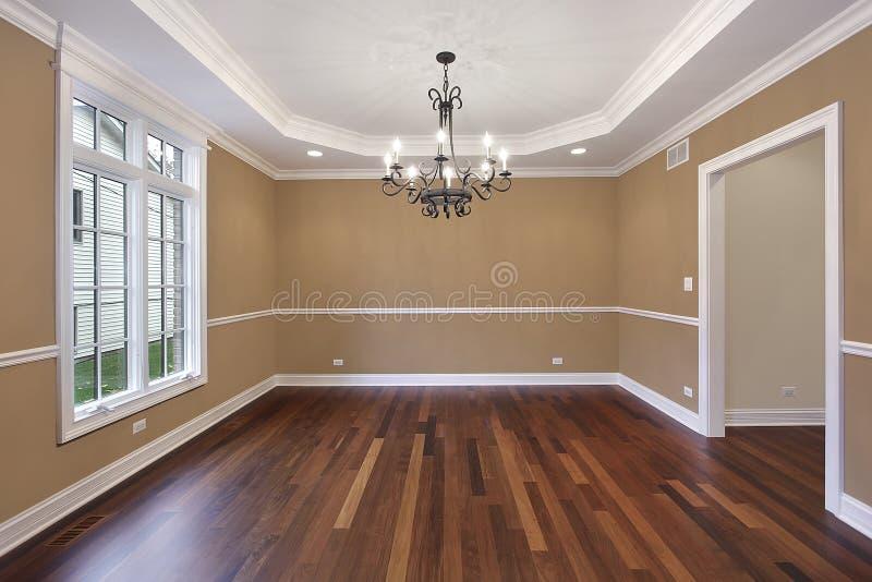 Eetkamer met tan muren royalty-vrije stock afbeelding