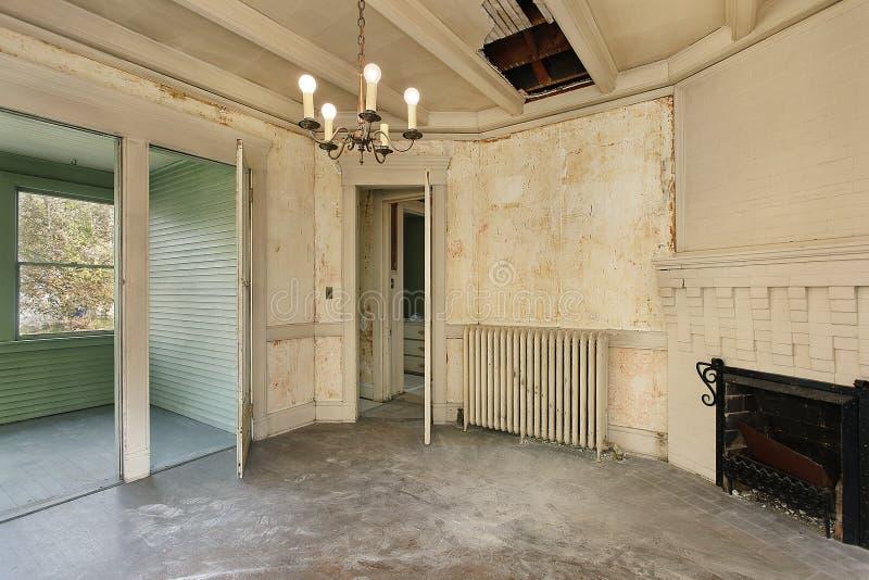 Eetkamer in oud verlaten huis stock afbeeldingen