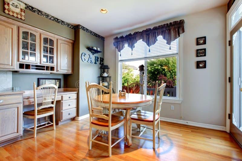 Eettafel dichtbij keuken met houten vloer. royalty-vrije stock fotografie
