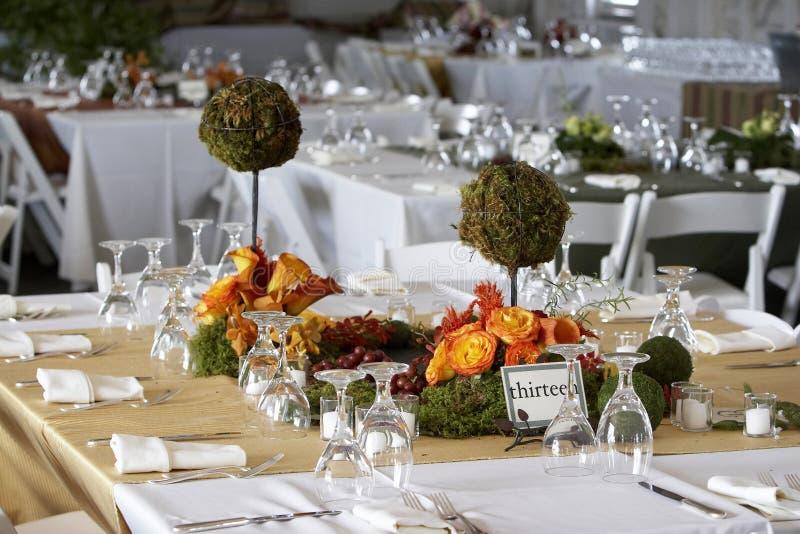 Eettafel die voor een huwelijk of een collectieve gebeurtenis wordt geplaatst stock foto