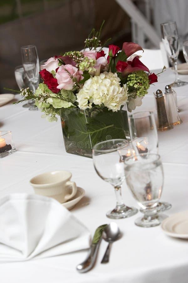 Eettafel die voor een huwelijk of een collectieve gebeurtenis wordt geplaatst stock foto's