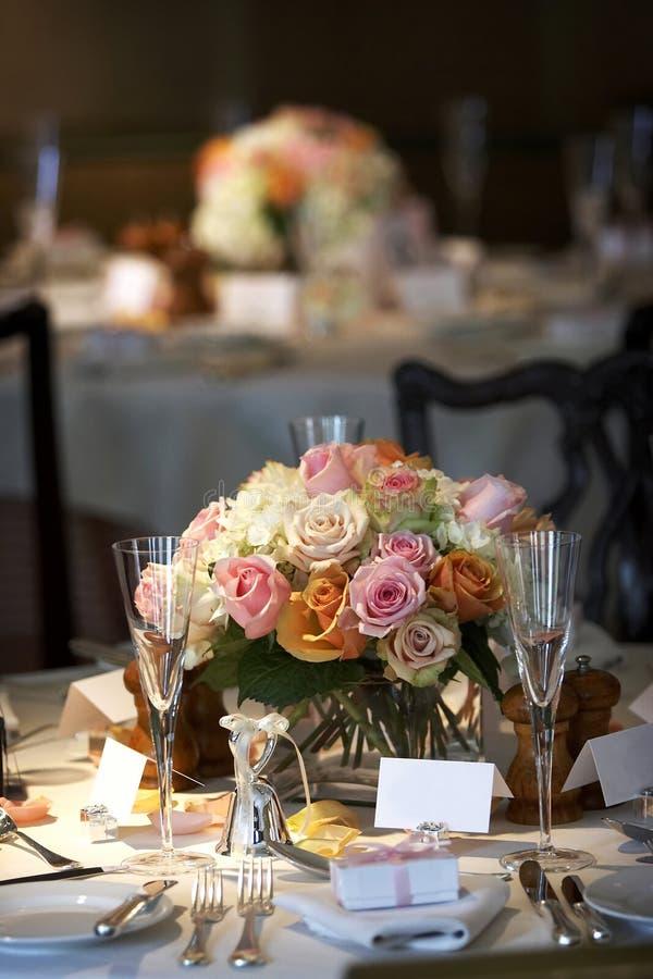 Eettafel die voor een huwelijk of een collectieve gebeurtenis wordt geplaatst royalty-vrije stock fotografie