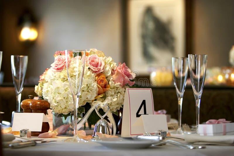 Eettafel die voor een huwelijksgebeurtenis wordt geplaatst royalty-vrije stock foto's