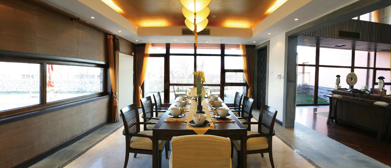 Eettafel en stoelen stock afbeeldingen