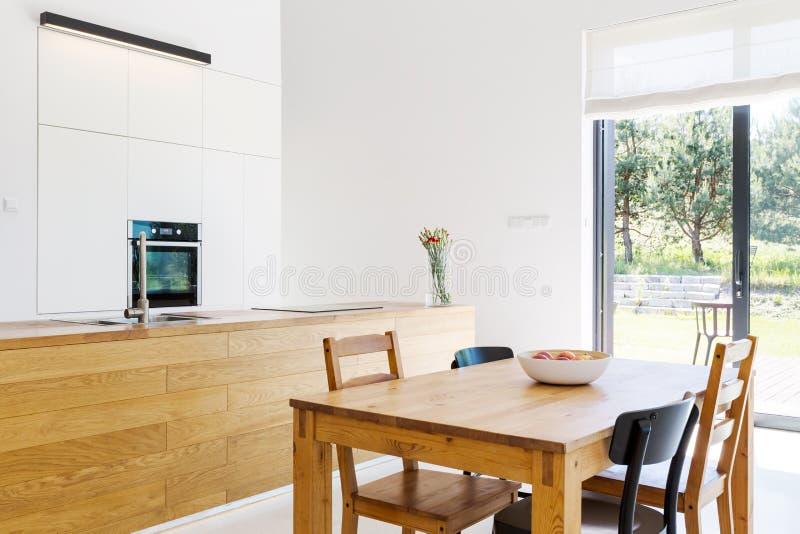 Eettafel in helder wit binnenland stock foto's