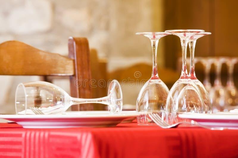 Eettafel klaar voor klanten stock foto