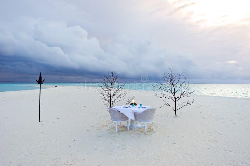 Eettafel op het strand in de Maldiven toevlucht royalty-vrije stock fotografie