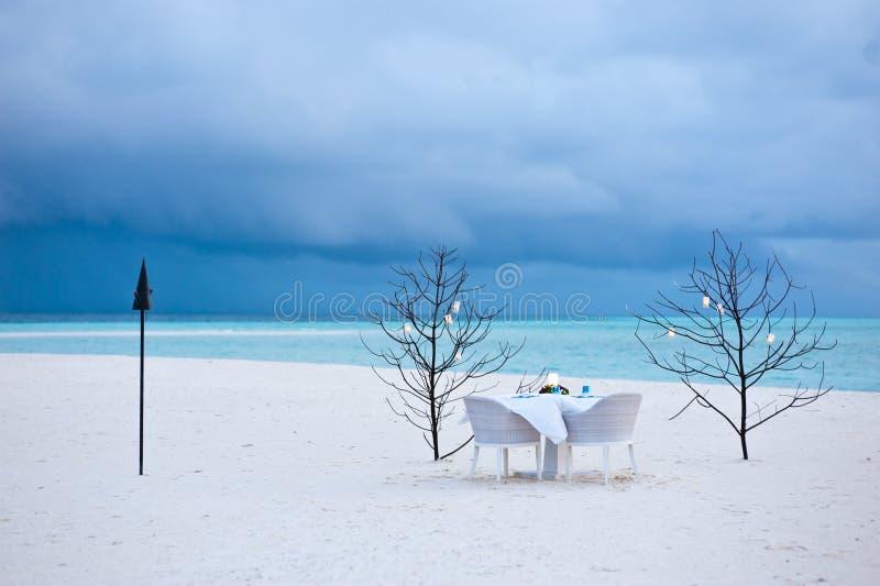 Eettafel op het zandstrand royalty-vrije stock fotografie