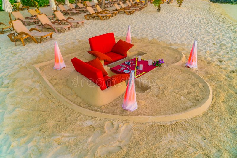 Eettafel op strand bij het tropische eiland van de Maldiven royalty-vrije stock fotografie