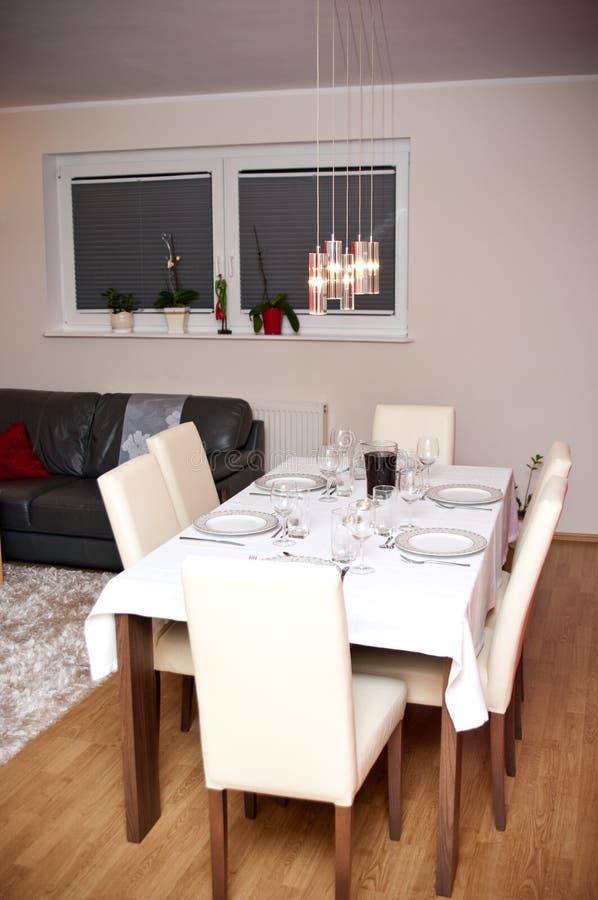 Eettafel in woonkamer stock foto. Afbeelding bestaande uit platen ...