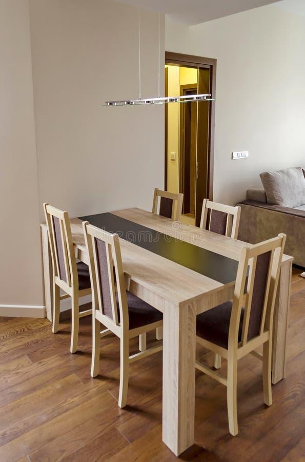 eettafel in woonkamer vernieuwde flat stock foto afbeelding