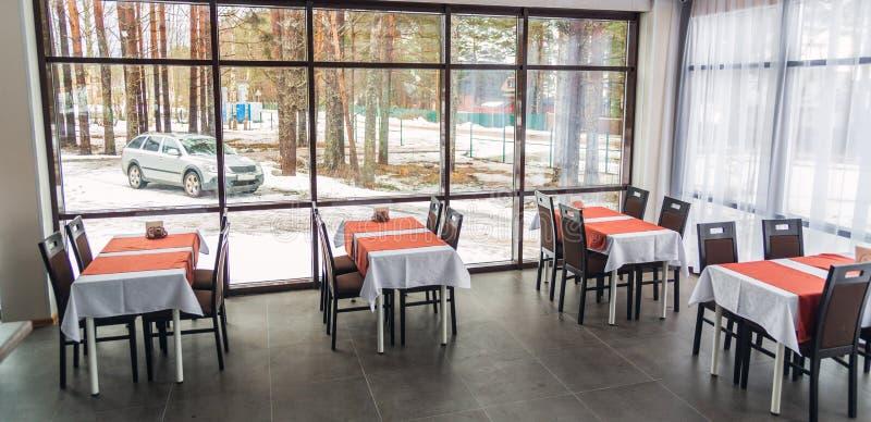 Eettafels en stoelen in het restaurant Licht binnenland royalty-vrije stock afbeeldingen