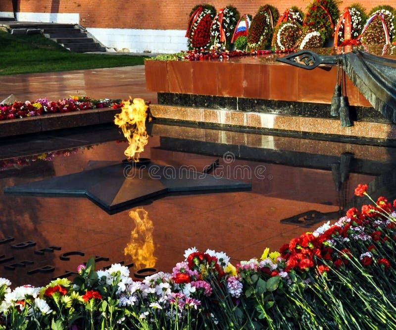 Eeuwige vlam bij het Graf van de Onbekende Militair in Alexander Garden van Moskou het Kremlin royalty-vrije stock afbeeldingen