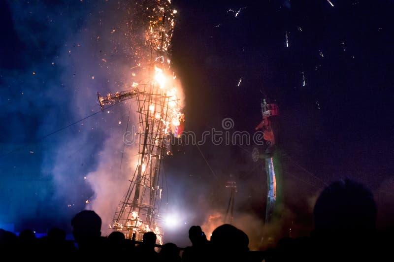 Efígie de Ravan que está sendo queimado em Dussera imagens de stock royalty free