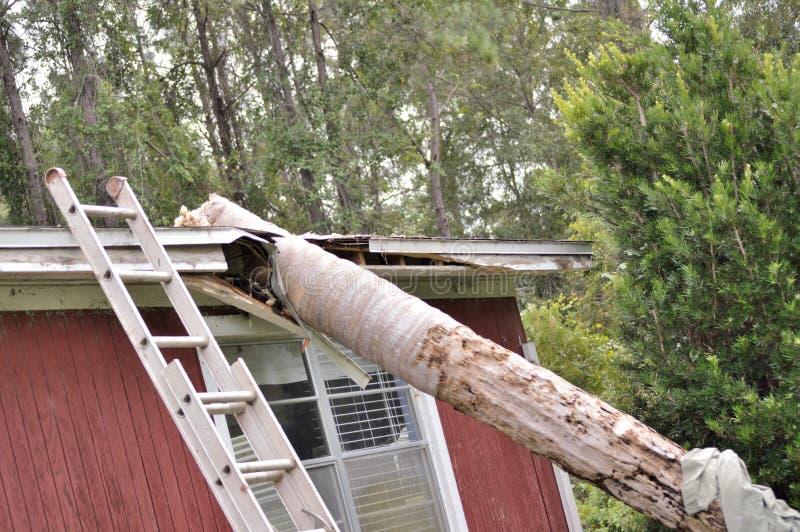 EF0在房子屋顶的龙卷风损伤 免版税库存照片