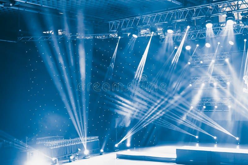 Efectúe las luces, demostración ligera en el concierto Demostración de la luz del concierto imágenes de archivo libres de regalías