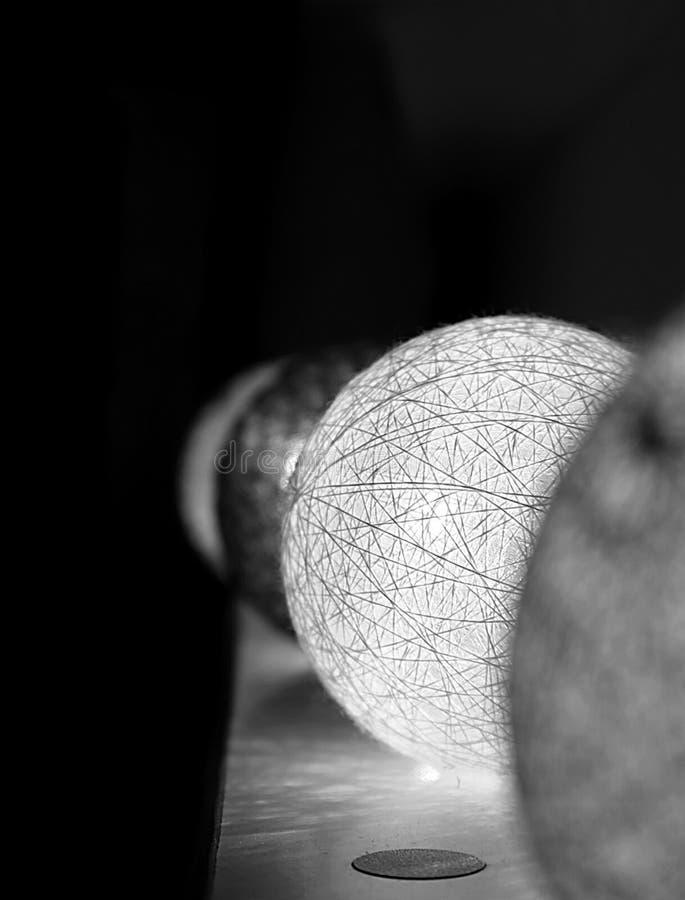 Efecto blanco y negro de las bolas de la luz de la Navidad imagen de archivo libre de regalías