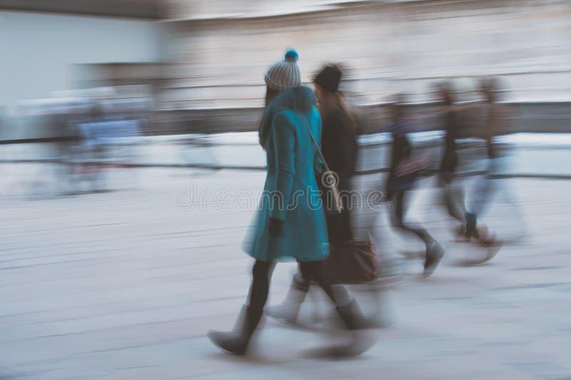 Efecto borroso con el grupo de muchachas de las novias que caminan en el ci foto de archivo libre de regalías