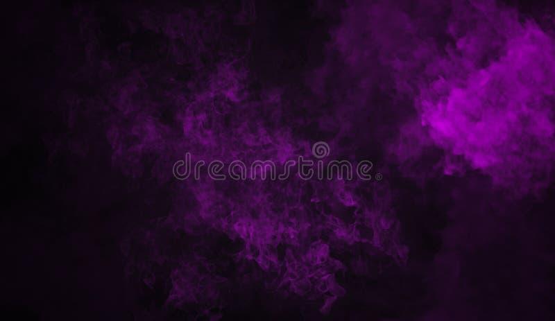 Efecto de niebla púrpura sobre el fondo negro aislado para el texto o el espacio Humo de la textura imágenes de archivo libres de regalías